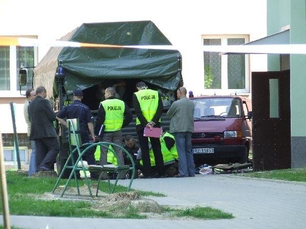 W piątek 30 kwietnia w jednym z mieszkań w bloku przy ul. Konopnickiej w Mielcu odkryto arsenał broni. Policja ewakuowała mieszkańców budynku i dzieci z pobliskiego przedszkola.