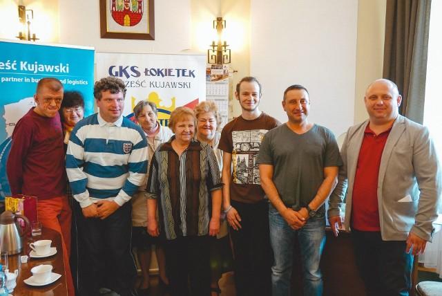 W spotkaniu uczestniczyli przedstawiciele lokalnego samorządu oraz Koła Dzieci i Młodzieży Niepełnosprawnej, którzy przyszli pożegnać Kamila i życzyć mu szczęśliwej wyprawy.