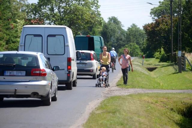 Kierowcy często tak jeżdżą, że trzeba uciekać do rowu - mówi Paulina Stróżyńska (z wózkiem).
