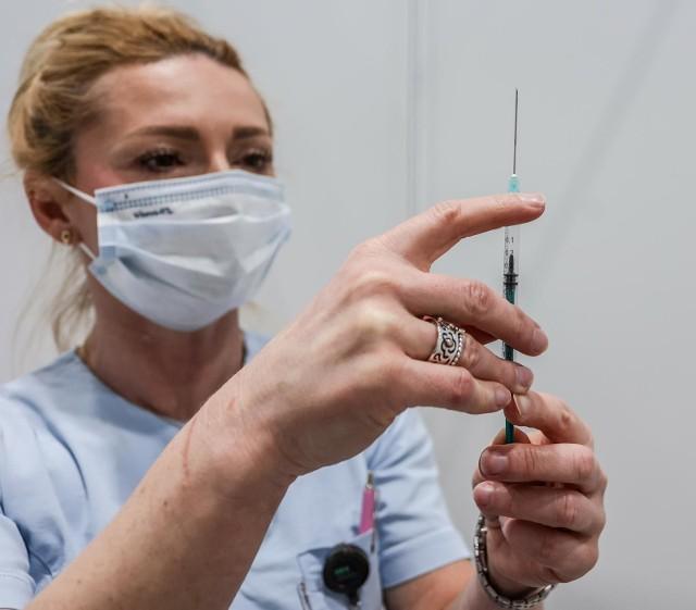 Od poniedziałkowego poranka w Opolu trwa prawdziwy chaos informacyjny, a zdezorientowani mieszkańcy ustawiają się w kolejce pod zamkniętym punktem szczepień.