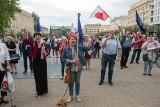 """Poznaniacy na placu Wolności wznieśli toast za wolność. """"Pamiętajmy w tym dniu o Białorusinach"""" - mówił Adam Szłapka"""