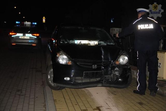 63-latek był kompletnie pijany, a wsiadł za kierownicę. Podróż autem zakończył na płocie.