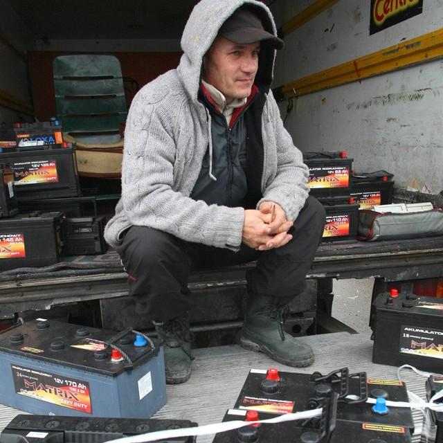 Podczas wczorajszej giełdy w Miedzianej Górze Krzysztof Sabanowski oferował akumulatory w cenie od 140 do 330 złotych.