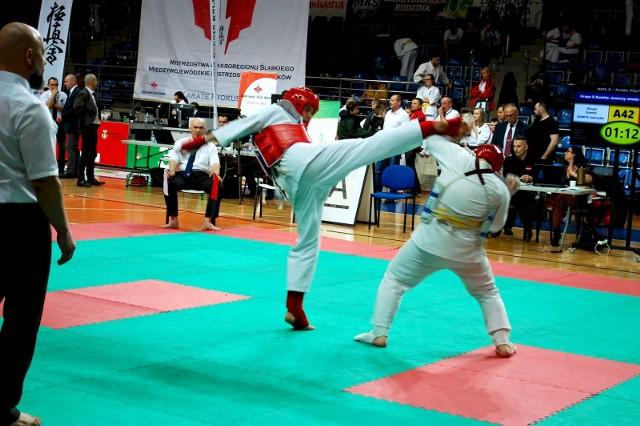 Sosnowiecki Klub Karate odniósł kolejny sukces. Tym razem zawodnicy wrócili do domu z 6 medalami. Zobacz kolejne zdjęcia. Przesuń zdjęcia w prawo - wciśnij strzałkę lub przycisk NASTĘPNE