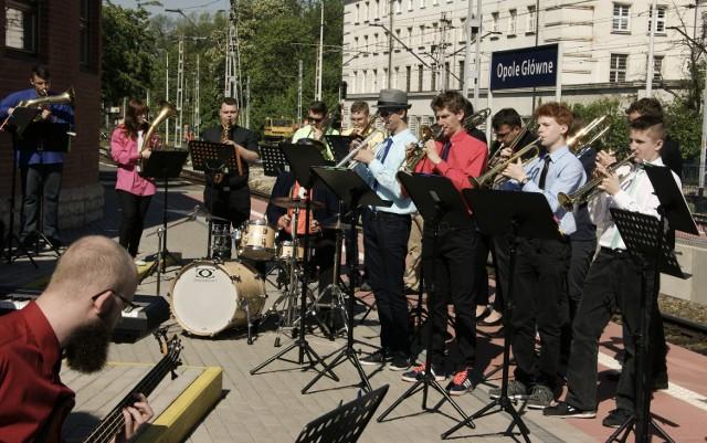 Muzycy przemierzyli blisko 1000 km i  dali koncerty na ponad 30  stacjach.