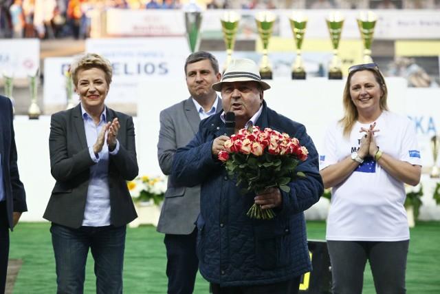Tak było na ubiegłorocznym Meczu Narodów. Zawody otwierają prezydent Hanna Zdanowska, Joanna Skrzydlewska, Tomasz Kacprzak i Witold Skrzydlewski z bukietem kwiatów