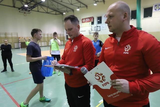 Trenerzy Akademii Młodych Orłów Rafał Poznański i Sławomir Kraska