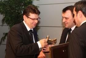 Tomasz Tworek, prezes zarządu firmy Dorbud odbiera nagrodę z rąk wicewojewody Piotra Żołądka.