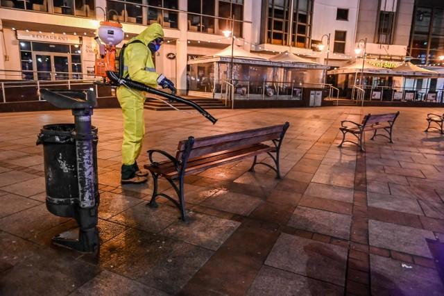 W związku z panująca w kraju epidemią koronawirusa władze Sopotu podjęły decyzję o dezynfekcji przestrzeni publicznych miasta. Odbyła się w nocy z piątku na sobotę 27/28.03