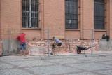 """Trwa remont siedziby Fundacji """"Tumult"""" na toruńskim Rynku Nowomiejskim. Zdaniem toruńskiej archeolożki, są powody do niepokoju"""
