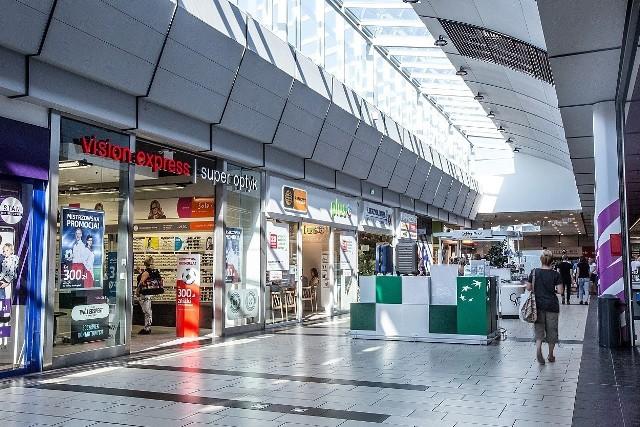 Nowi najemcy, nowe lokalizacje dla już działających sklepów i punktów - centrum handlowe Nowa Górna przy ul. Kolumny w Łodzi czekają wielkie zmiany. Klienci muszą się liczyć z tym, że przez kilka tygodni nie wszystkie sklepy będą czynne.Carrefour przy ul. Kolumny 6/36 w Łodzi był pierwszym hipermarketem w mieście, został otwarty w 1997 roku. Od początku jest częścią pierwszego łódzkiego nowoczesnego centrum handlowego, które przez lata było znane pod nazwą Guliwer, a od 2019 roku jako Nowa Górna. Nadszedł czas na kolejny duży remont obiektu.Czytaj dalej