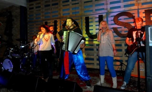 Zespół tworzą pozytywnie zakręceni ludzie, dla których granie i śpiewanie jest życiową pasją.