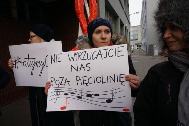8 grudnia przed PSM przy Solnej protestowali rodzice i nauczyciele