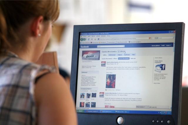 Zośliwa strona wykrywa urządzenie z którego korzysta ofiara i w przypadku telefonu wyświetla fałszywy panel logowania Facebook. Z kolei na komputerze otrzymamy jedynie grafikę imitującą stronę internetową jednej z pizzerii.