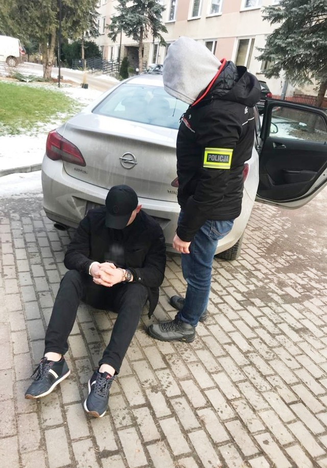 """Wypożyczali auta z wypożyczani w Warszawie, trafiały do """"dziupli"""" w Łapalicach. 4 osoby zatrzymane"""