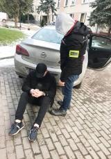 """Wypożyczali nowe auta z wypożyczalni w Warszawie, odstawiali je do """"dziupli"""" w Łapalicach. 4 osoby zatrzymane. Grozi im więzienie"""