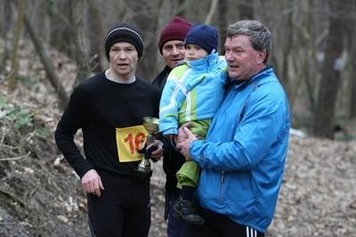 Zwycięzca biegu (po lewej) oraz fundator pucharu z wnuczkiem.