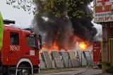 Kłęby dymu w centrum Łodzi! Pożar na terenie składowiska opon [ZDJĘCIA, FILMY]