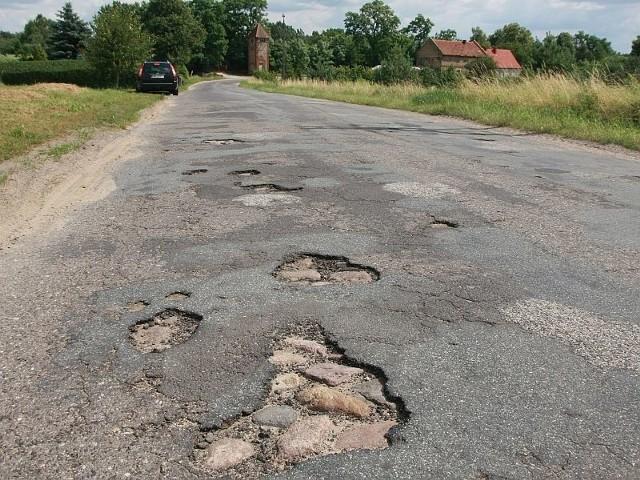 Mieszkańcy Kęszycy Leśnej narzekaja na fatalny stan drogi i domagaja się pilnego remontu.
