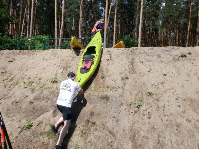 """Tak projektant drogi i urzędnicy powiatowi """"załatwili"""" kajakarzy płynących pętlą Zalewu Koronowskiego i rzeki Krówki. Aby przejść między dwoma jeziorami, muszą pokonać potężny wał ścieżki rowerowej w Krówce Leśnej"""