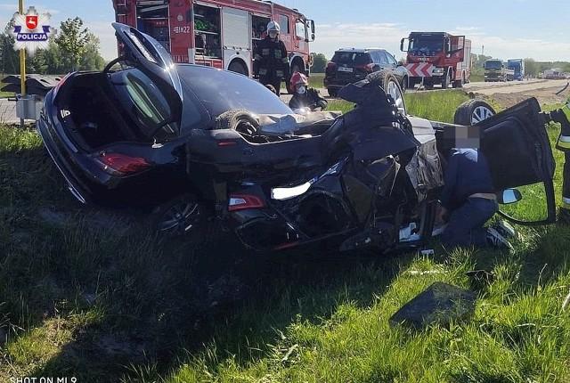 Policjanci ustalają okoliczności groźnego zdarzenia drogowego, do którego doszło w piątek o godzinie 08.40 w Przytykach w gm. Chodel w pow. opolskim