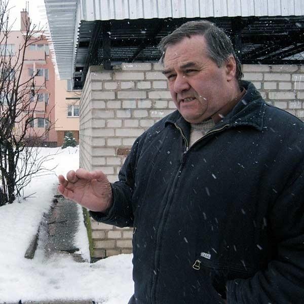 - Pojemniki powinny wrócić, ale trzeba je ustawić w innym miejscu, a nie na chodniku przed śmietnikiem - uważa Władysław Lelek, właściciel sklepu spożywczego przy ul. Kujawskiej. Lelek obok koło śmietnika.