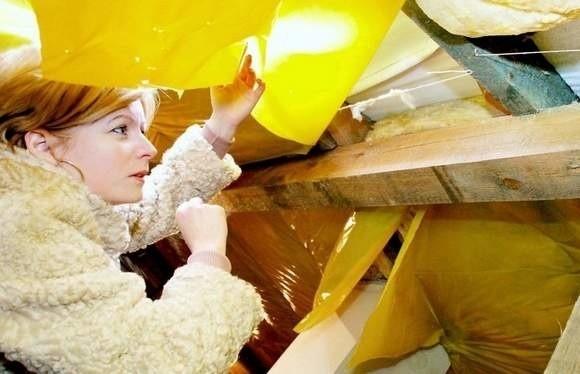 Zdaniem Wojewódzkiego Inspektora Nadzoru Budowlanego dom Gawrońskich musi być wyłączony z użytkowaniaMałgorzata Gawrońska wskazuje metodę łączenia belek podporowych, która zszokowała ekspertów w dziedzinie budownictwa. Ich zdaniem nie utrzymają 35-tonowego dachu