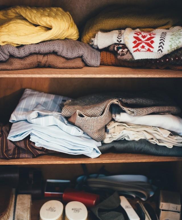 Większość z nas ma szafy, w których zalega cała masa ubrać, których nie nosimy od kilku lat. Ciężko nam wytłumaczyć sobie, że dla nas są bezużyteczne i należy się ich pozbyć. Tymczasem to podstawa generalnych porządków w szafie i garderobie.