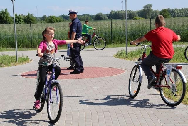 Prawidłowe zachowania na drodze czwartoklasiści ćwiczyli w Centrum Turystyki Rowerowej w Krukówku  koło Mroczy.