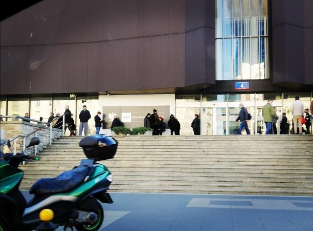 Od rana przed siedzibą NBP w Warszawie ustawiały się kolejki.