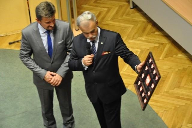 W ciągu 15 lat powiat kluczborski miał tylko dwóch starostów, obu z PSL-u. Na zdjęciu od prawej: Stanisław Rakoczy (starosta kluczborski w latach 1999-2006, aktualnie wiceminister spraw wewnętrznych) oraz Piotr Pośpiech (od 2006 roku do teraz).