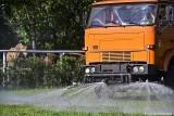 Sopot: Woda z miejskiego basenu podlewa trawiasty tor wyścigowy na hipodromie. To sposób władz na walkę z suszą
