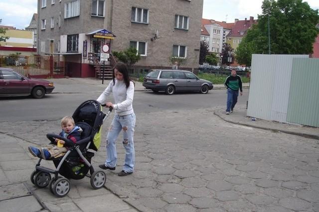 – Przez to miejsce ciężko przejechać – mówi Laura Szczepaniuk, mama Oskara. – Krawężniki są wysokie, a wjazdów nie ma.