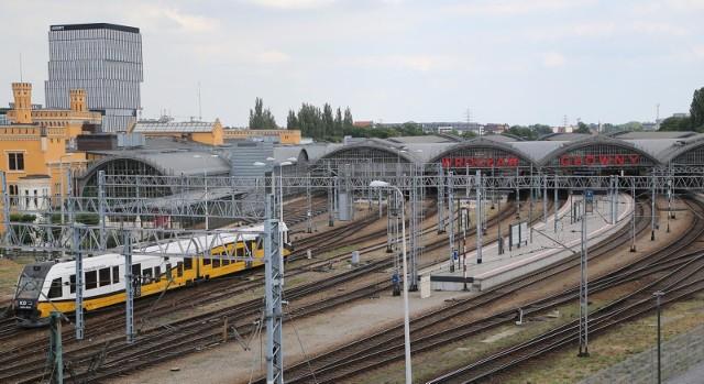Nowością na skalę ogólnopolską będą kolejowe przystanki na żądanie wprowadzane przez dolnośląskiego przewoźnika. Najpierw ruszą testy w dwóch miejscowościach na trasie Legnica – Kamieniec Ząbkowicki, a jeśli przebiegną pomyślnie, to w przyszłym roku powstaną kolejne przystanki. Teraz przez pół roku KD będą sprawdzać, jak w praktyce działa zatrzymywanie składu zarówno przez pasażerów chcących wysiąść, jak i wsiąść na stacji.