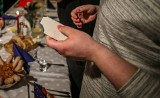Modlitwa na wigilię przy stole wigilijnym. Jaką modlitwę odmówić?. Jak się modlić przed kolacją wigilijną.  Kiedy dzielić się opłatkiem?