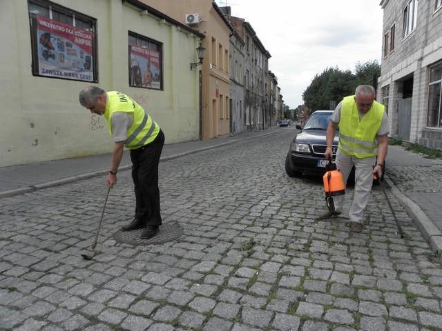 Radni Andrzej Kieraj i Jacek Olech podczas happeningu na ulicy Wałowej