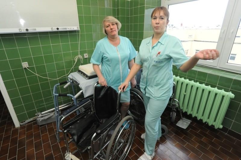 Czujemy się teraz pewniej - mówią: Elżbieta Stasikiewicz (z lewej) i Barbara Drozd, pielęgniarki z Oddziału Chirurgii Urazowo-Ortopedycznej WCM w Opolu.