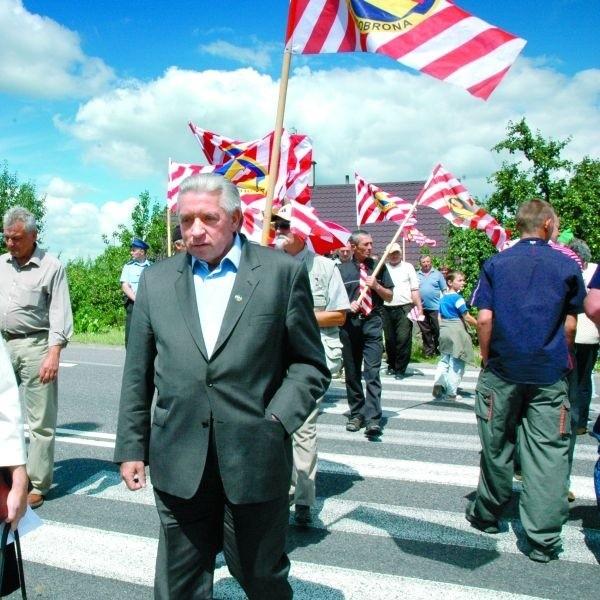 Z Andrzejem Lepperem maszerowało przez przejście dla pieszych ok. 30 osób