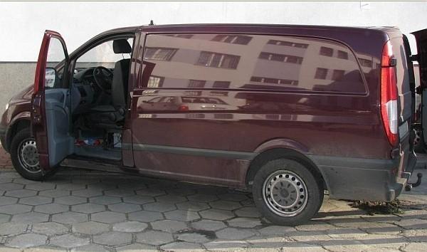 Mercedes stoi już na policyjnym parkingu. Pusty.