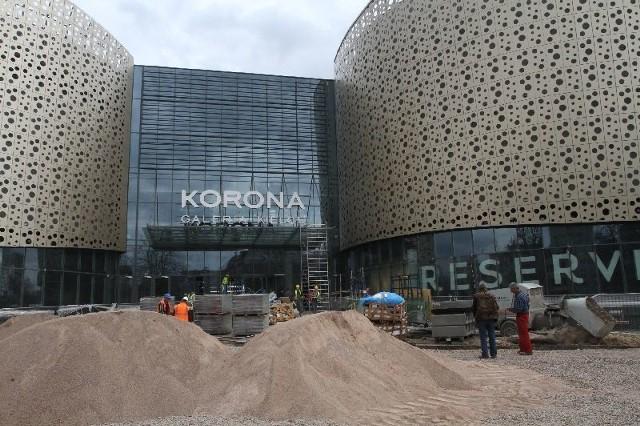 Przy wejściu do Galerii Korona Kielce, nad którym w tym tygodniu zawisł już charakterystyczny szyld, trwają intensywne prace wykończeniowe. Fot. Łukasz Zarzycki