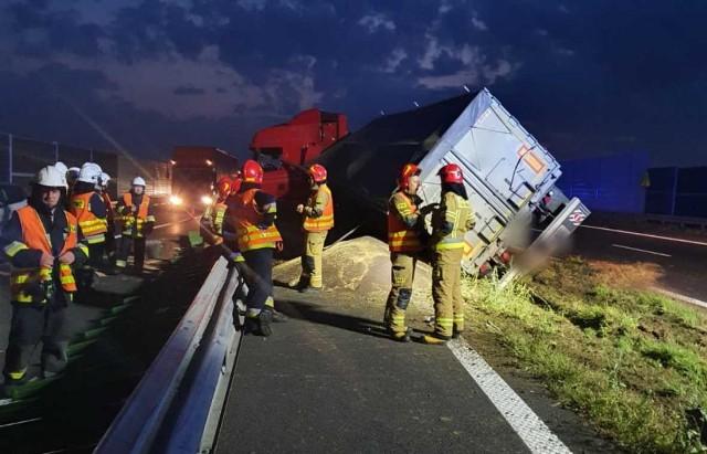 Ciężarówka utrudnia przejazd przez autostradę A4 w rejonie Tarnowa. Przewożono nią 26 ton rzepaku