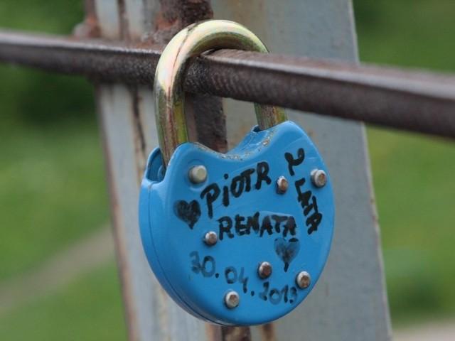 Pierwszą kłódkę zawiesili na moście 30 kwietnia Renata i Piotr.