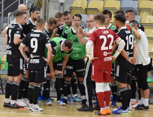 Dwie porażki, ale jakże różne, to efekt sobotnich gier ekip futsalowych z Opolszczyzny rywalizujących w elicie. I nie chodzi o to, że Fit-Mornig Gredar Brzeg zagrał u siebie, a Dreman Opole-Komprachcice na wyjeździe, a o rozmiary przegranych i przebieg meczów.