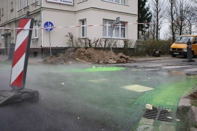 Zielona woda na ul. Paderewskiego w SłupskuZielona woda na ul. Paderewskiego w Słupsku