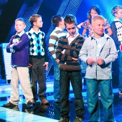 Michał Mieczkowski (na zdj. w szarej koszuli) bardzo przeżywa każdy występ telewizyjny. Wspólnie z sześcioma innymi uczestnikami walczy o to, aby głównej nagrody nie zdobyli dorośli.