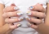 Paznokcie wiosna 2021: trendy, wzory. Królują pastele i motywy kwiatowe! Najlepsze stylizacje i pomysły na wiosenne paznokcie ZDJĘCIA
