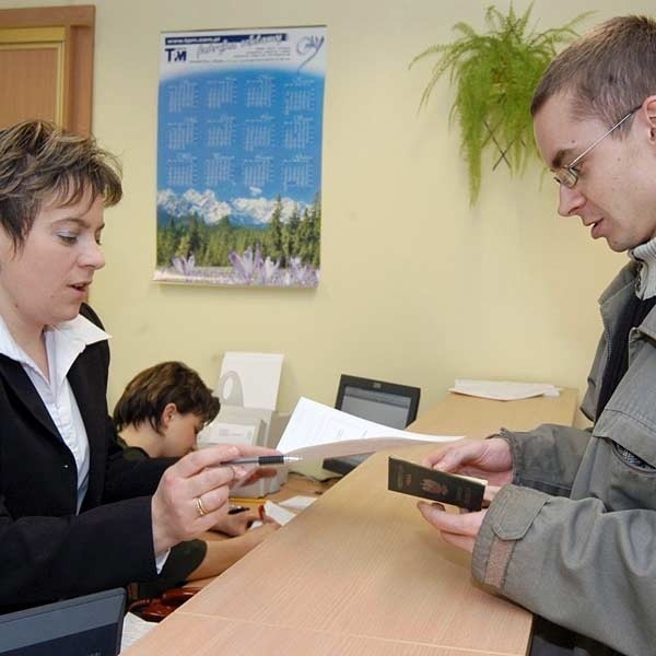 Leszek Mroczkowski z Rzeszowa wczoraj przyszedł wymienić dowód osobisty. Wniosek przyjmuje Agata Bazan z wydziału spraw obywatelskich.