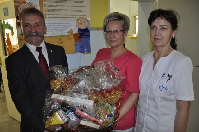 Burmistrz Krzysztof Kaliński odwiedził małych pacjentów