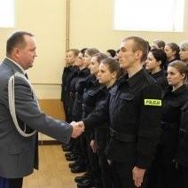 Nowo przyjętym policjantkom i policjantom gratulował Tomasz Trawiński, komendant policji w Wielkopolsce