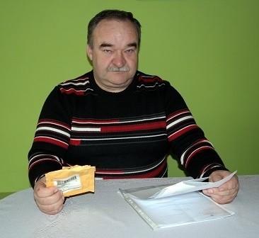 Krzysztof Chorąży pokazuje żółtą kopertę z listem, który otrzymał z Chin, a po drugiej stronie ma urzędowe listy, które wysłano w Wadowicach jeszcze na początku grudnia ubiegłego roku